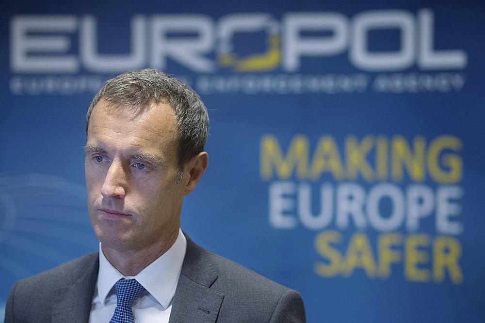 """""""Europol"""" direktors Robs Veinraits uzskata, ka Eiropa zaudē cīņu pret netīrās naudas atmazgāšanu, jo mēģina izmantot nacionālus risinājumus starptautiskas problēmas risināšanai."""