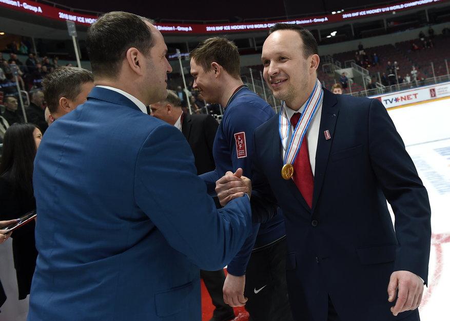 Oļegs Sorokins (pa labi) saņem Ģirta Ankipāna apsveikumus.