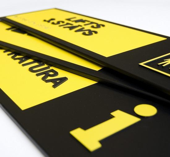 Liepājā publiskās iestādēs un vietās izvieto 50 īpašas taktilās informācijas zīmes, lai vājredzīgiem un neredzīgiem cilvēkiem būtu vieglāk orientēties telpā.