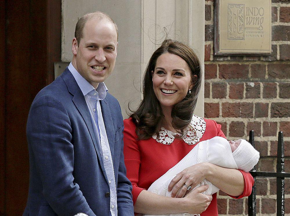 Laimīgie vecāki Viljams un Keita ar jaunpiedzimušo dēlu pozē fotogrāfiem, atstājot Svētās Marijas slimnīcu Londonā.