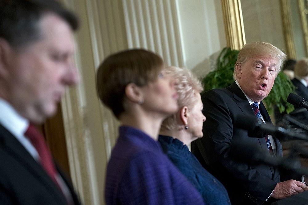ASV prezidents Donalds Tramps (no labās) preses konferencē ar Lietuvas prezidenti Daļu Grībauskaiti, Igaunijas prezidenti Kersti Kaljulaidu un Latvijas prezidentu Raimondu Vējoni.
