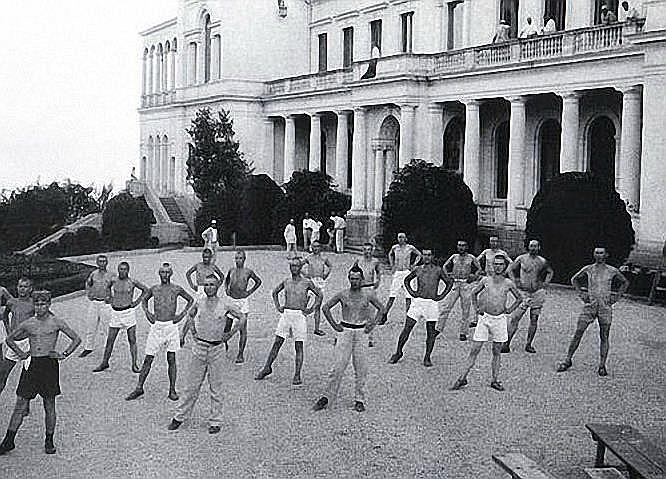 Atpūtnieku vingrošana Livādijas pils pagalmā 20. gados.