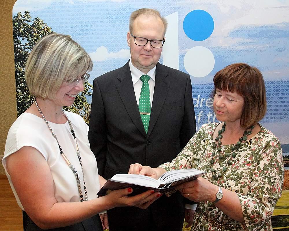 """Par grāmatu priecājas izdevniecības """"Latvijas Mediji"""" vadītāja Evija Veide (no kreisās), Igaunijas vēstnieks Tenis Nirks un tulkotāja Anna Žīgure."""