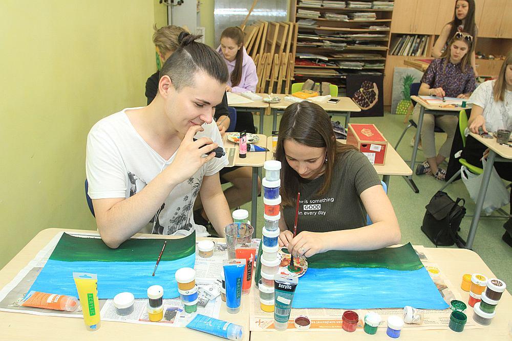 Rīgas Valsts 3. ģimnāzijas 12. klases skolēni vizuālās mākslas stundā jau tagad apgūst radošuma iemaņas.