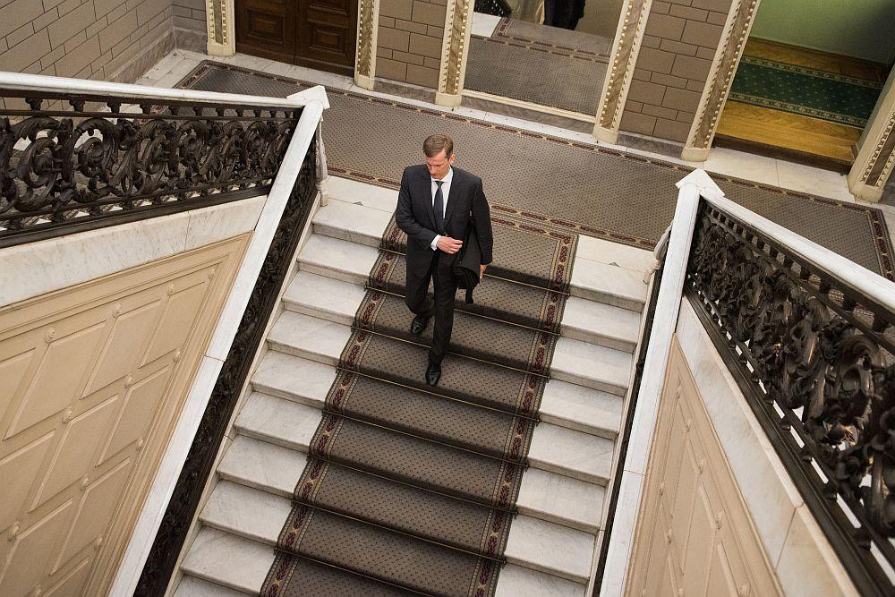 """Edvards Kušners uzskata, ka pašlaik no sešiem Latvijas Bankas padomes locekļiem viņam esot """"zelta"""" jeb izšķirošā balss un Saeimas negatīvo lēmumu pret viņu saista ar vēlmi ietekmēt centrālās bankas neatkarību."""