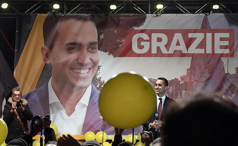 Italian Pieczvaigžņu kustības līderis Luidži Di Maios, kaut uzvarējis vēlēšanās ar 32% balsu, vairs netiek uzskatīts par premjera amata kandidātu. Kopā ar koalīcijas partneriem tiek meklēts kāds cits – trešais.