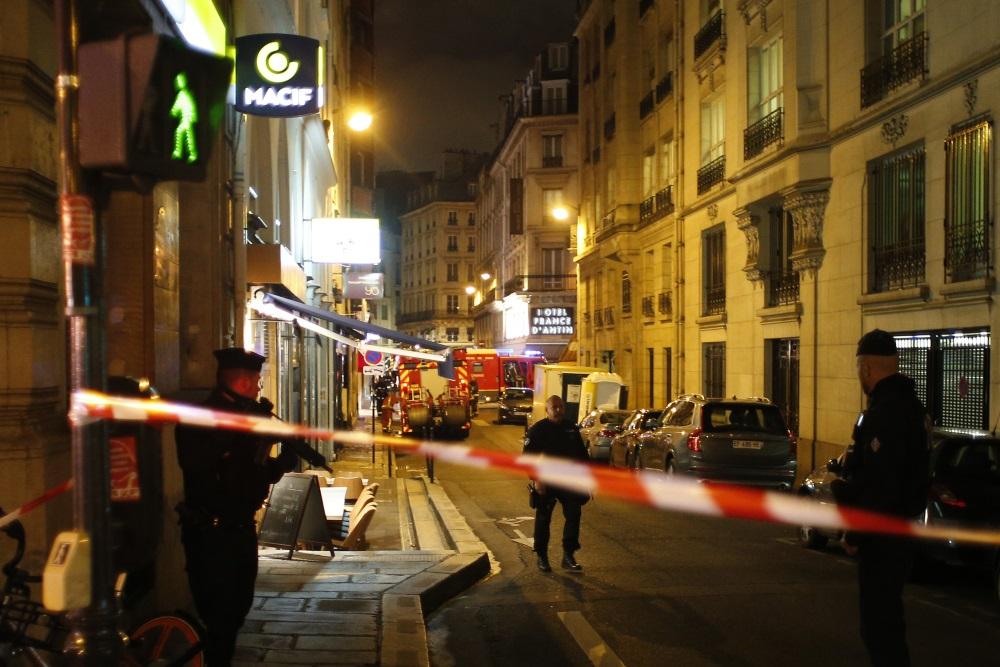 Parīzē vīrietis nodur 1 cilvēkus, citus ievaino. Pēc tam policija nogalina uzbrucēju, 12.02.2018.