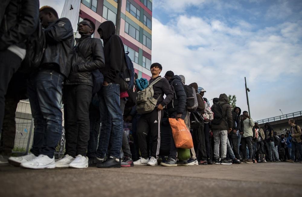 Ilustratīvs foto. Nelegālo imigrantu rinda Parīzē, 30.05.2018.