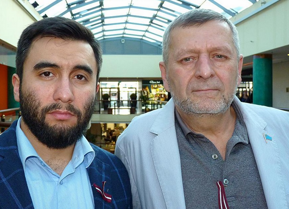 Krimas tatāru aktīvisti Ahtems Čijgozs (no labās) un Arsens Žumadilovs.