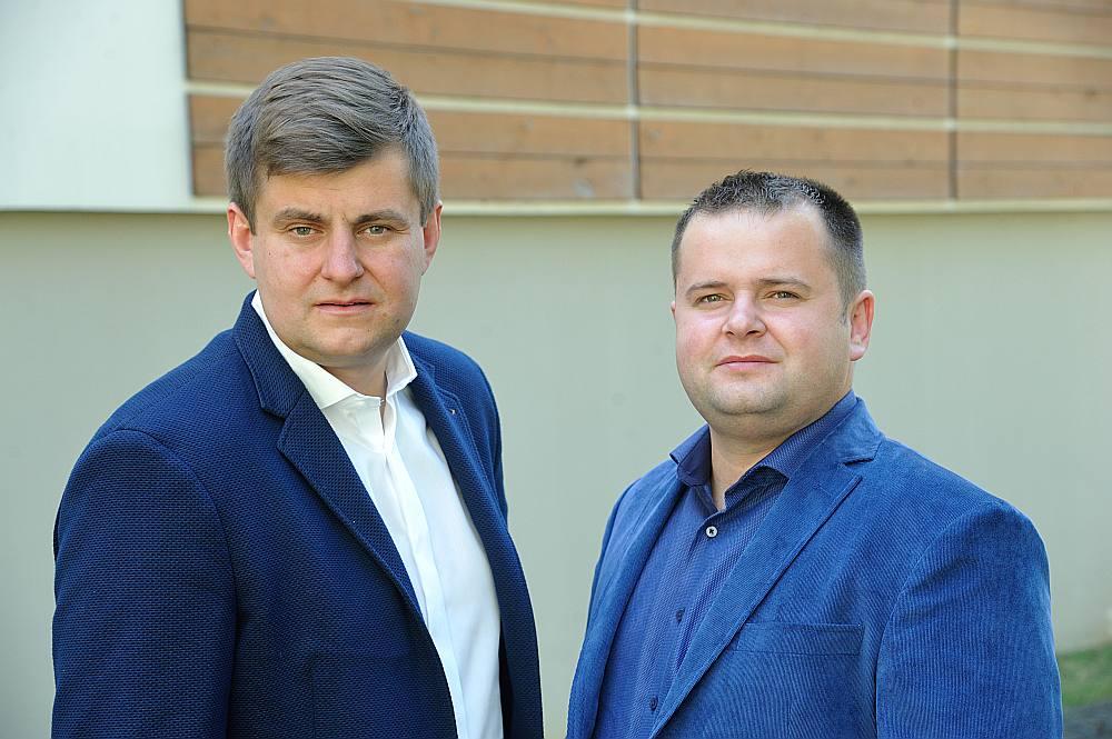 """Mārtiņš (no kreisās) un Edgars Kavosi sola, ka SIA """"Vīgrieze"""" savu apgrozījumu šajā gadā dubultos."""