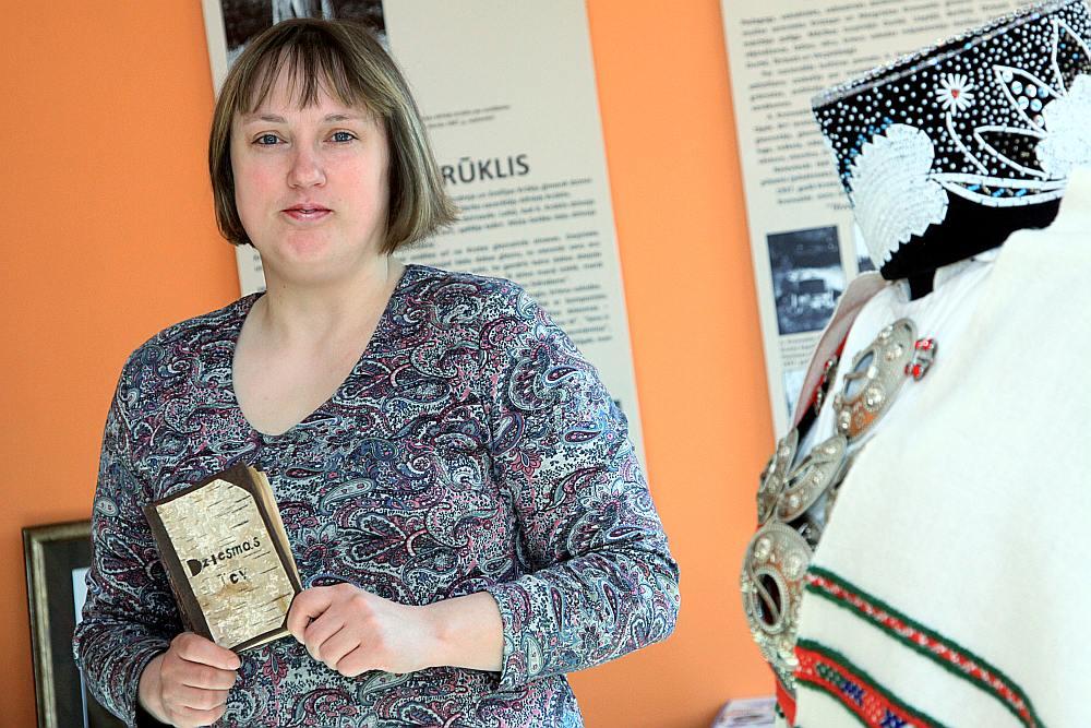 Krotes bibliotēkas vadītāja Lita Vēkause lepojas ar unikālu eksemplāru – dzejnieka Alfrēda Krūkļa ar roku rakstītu un ilustrētu grāmatu, veltījumu pirmajai sievai Mildai, kurā lasāmi līdz šim nepublicēti dzejoļi.