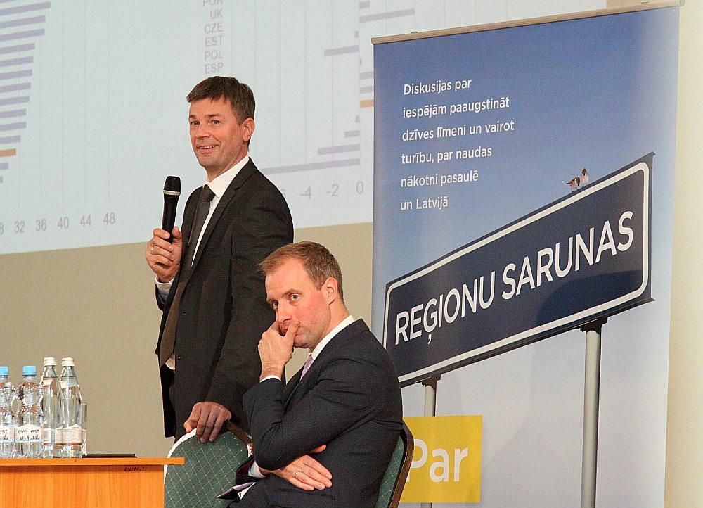 Latvijas Bankas Monetārās pārvaldes vadītāja vietnieks Mārtiņš Bitāns (no kreisās) un Ogres 1. vidusskolas direktors Igors Grigorjevs ir vienisprātis: izglītības sistēmas finansējumu varētu tērēt efektīvāk.