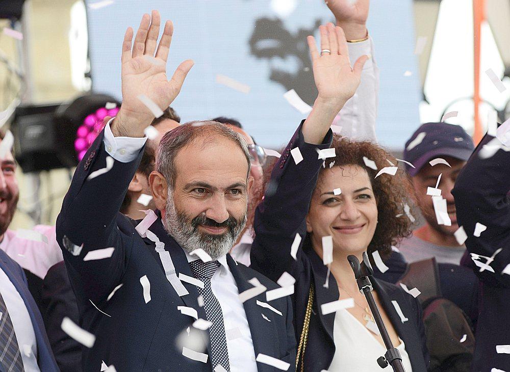 Jaunievēlētais premjerministrs Nikols Pašinjans ar sievu Annu Akopjanu pateicas saviem atbalstītājiem.