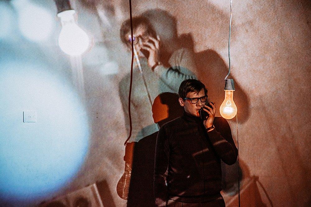 """""""Raudives radio"""" veidotāji iestudējumā panākuši balansu starp ironiju un nopietnību – neizsmejot, bet vienlaikus arī nepadarot uz skatuves redzamās darbības par svinīgu spiritisma seansu."""