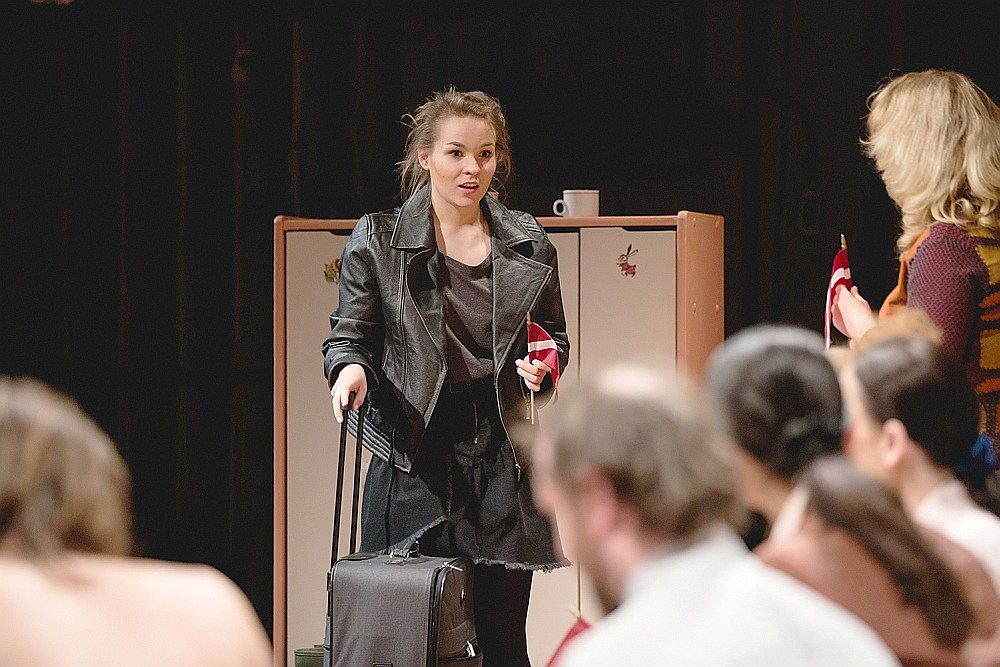 Lugas protagoniste Inese caur emocionāli atturīgu, bet enerģētiski uzlādētu Zandas Mankopas spēli izrādē ieskicē kaut ko līdzīgu jaunās paaudzes latviskajam skatpunktam.