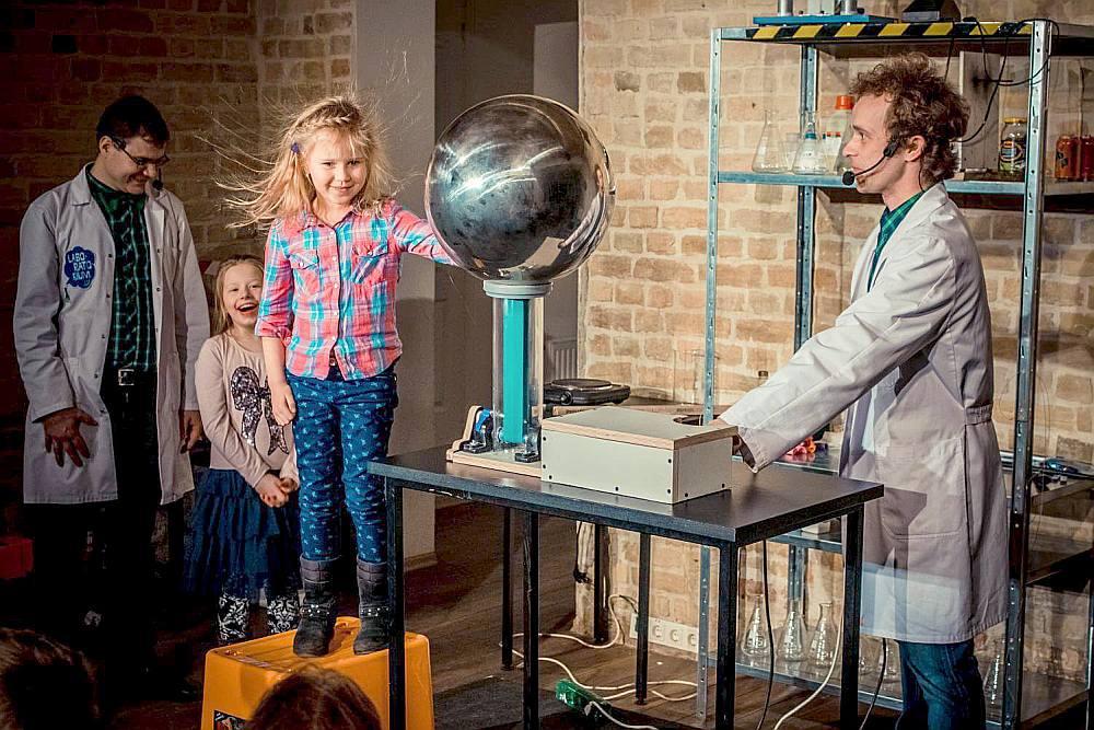 """Zinātniskais teātris """"Laboratorium"""" ir izzinoši izklaidējoša formāta pasākums, kurā skatītāji tiek iepazīstināti ar dažādiem ķīmijas un fizikas elementiem."""