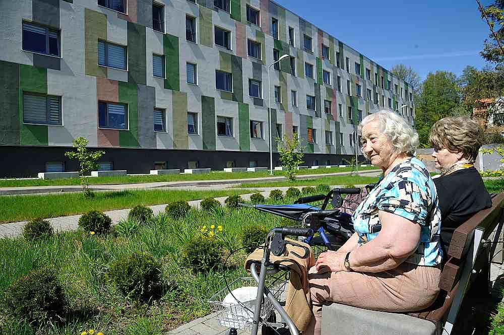 Ilgstoši vissmagākais stāvoklis ar sociālajiem dzīvokļiem ir Rīgā, kur to vienmēr ir trūcis. Imantas 8. līnijā pirms trim gadiem ekspluatācijā nodeva trīs jaunas sociālās mājas, kuru iemītnieces, sastaptas uz soliņa, pauda prieku, ka vecumdienas varot pavadīt cilvēciskos apstākļos.