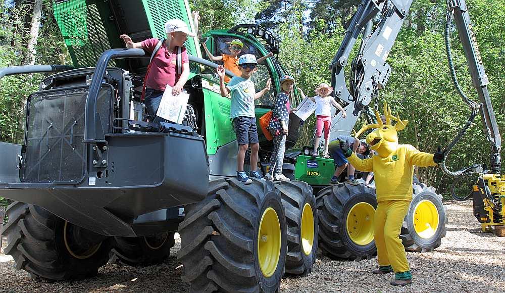 Divu kilometru garā maršrutā 80 meža pieturās bērni varēja ne tikai pietuvoties, bet arī aptaustīt jaudīgo un moderno meža tehniku.
