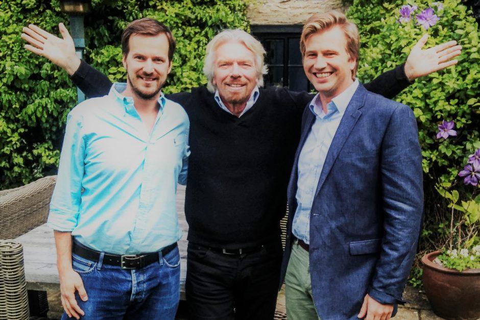 """Pa kreisi """"TransferWise"""" līdzdibinātājs Tāvets Hinrikus, vidū Ričards Brensons, pa labi """"TransferWise"""" līdzdibinātājs Kristo Kārmans."""