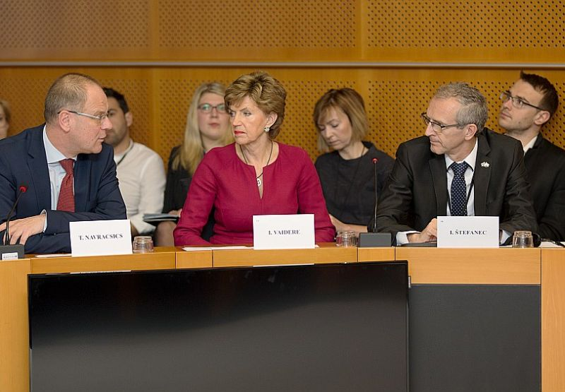 Eiropas Komisijas izglītības, kultūras, jaunatnes un sporta komisārs Tibors Navračičs (no kreisās) sola Inesei Vaiderei šā gada maijā sākt izstrādāt metodoloģiju, kura tālāk noteiktu, kā valstīm testēt pārtikas produktus.