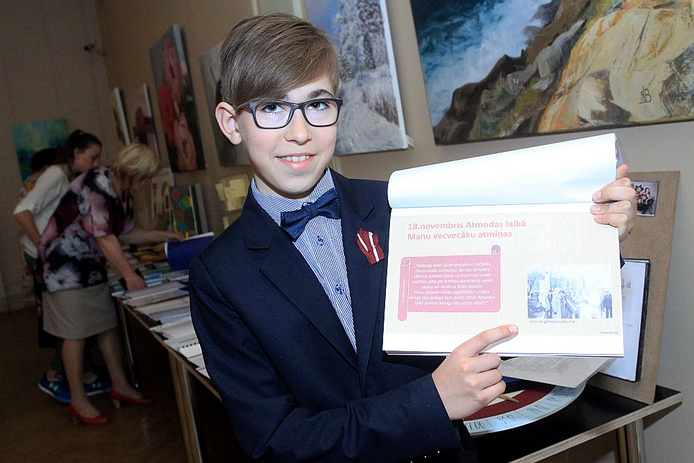 Jelgavas 4. sākumskolas skolēns Mārtiņš Ričiks pētījis, kā dažādos laika posmos svinēti valsts svētki.