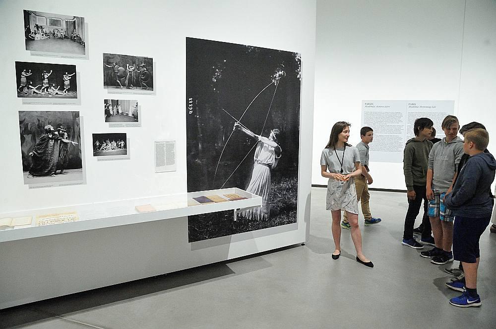 Latvijas Laikmetīgās mākslas centra komanda savā jaunākajā mākslas projektā izvēlējusies vēsturisko notikumu salīdzināšanas un analoģiju meklēšanas ceļu.