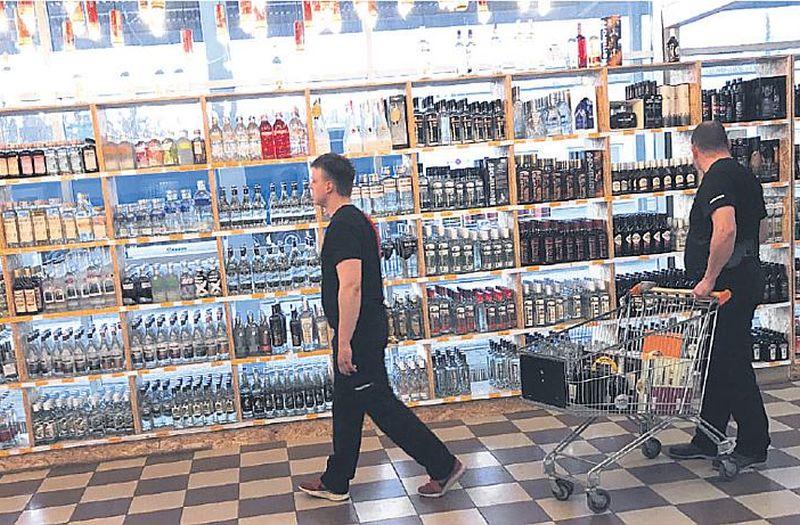 """""""Alko 1000"""" veikalā notikusi paplašināšanās – jau tā plašajā veikalā vienā stūrī izlauzta siena un izveidota vēl viena pārdošanas zāle."""