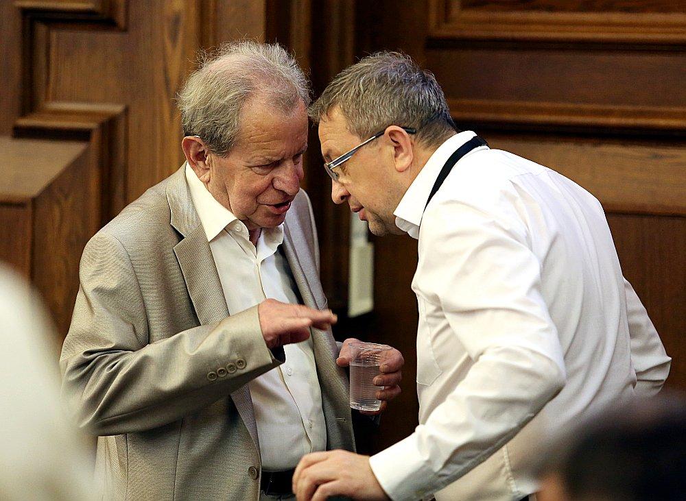 Nacionālās apvienības pārstāvji uzskata, ka Saeimas Valsts pārvaldes un pašvaldības komisijas priekšsēdētājs Sergejs Dolgopolovs (attēlā no kreisās kopā ar Saeimas deputātu Vitāliju Orlovu) vairākus likumprojektus tur atvilktnē un neesot ieinteresēts tos virzīt uz priekšu.