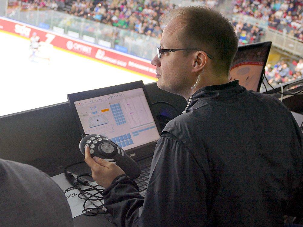 Pēteris Groms pieradis hokeju skatīties no augšas arēnas vidū.
