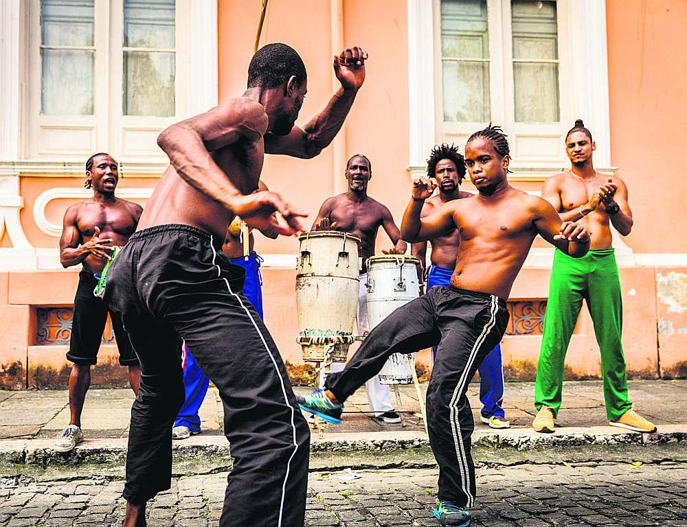 Kapoeira, kuras skolu Briselē izveidoja jaunieši, ir brazīļu cīņas māksla, kas sevī ietver dejas, mūziku un cīņas elementus.