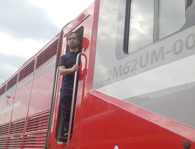 """Mašīnists Sergejs Tretjakovs """"LA"""" atzina, ka atšķirība starp lokomotīves vadītāju šodien un pēc dažiem gadiem būšot ļoti liela. """"Līdz šim bija tikai vecās lokomotīves, tagad mums ir jau deviņas, kam tikai datora vadība. Sēdi kabīnē un ekrānā redzi, kā lokomotīve uzvedas – digitālā sistēma signālu par bojājumu dod jau pirms tā parādīšanās."""""""