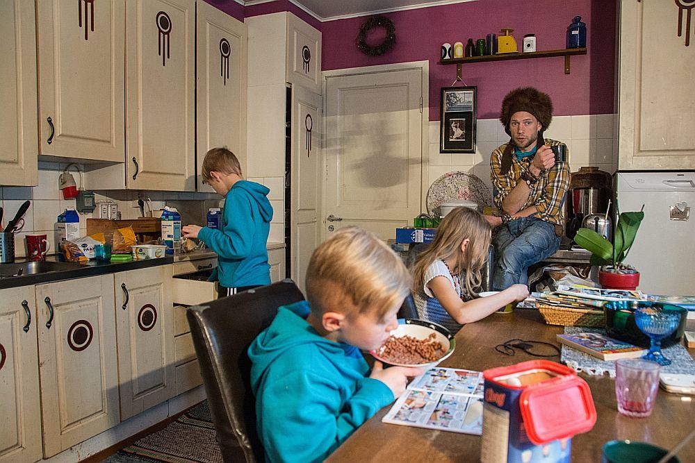 Juha Jarvinens ar bērniem savās mājās Kesti ciemā Kurikas pašvaldībā Somijas rietumos. Viņš ir viens no tiem 2000 bezdarbniekiem, kuri izvēlēti divu gadu eksperimentam, maksājot 560 eiro mēnesī no 2017. gada sākuma.