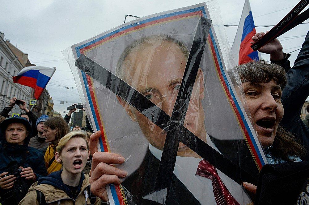 Maskavas iedzīvotāji protestē pret Putina prezidentūru.