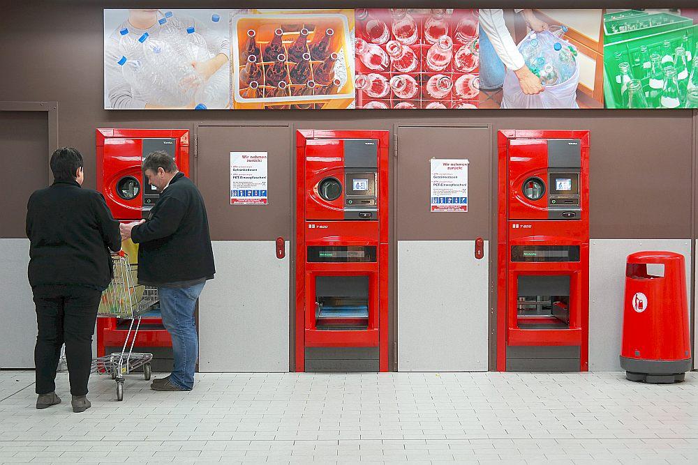 Pudeļu depozīta automāti pārtikas lielveikalā Vācijas pilsētā Mepenē.