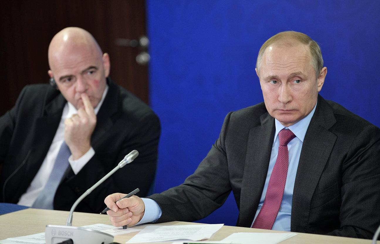Krievijas prezidents Vladimirs Putins (pa labi) un FIFA prezidents Džanni Infantino.