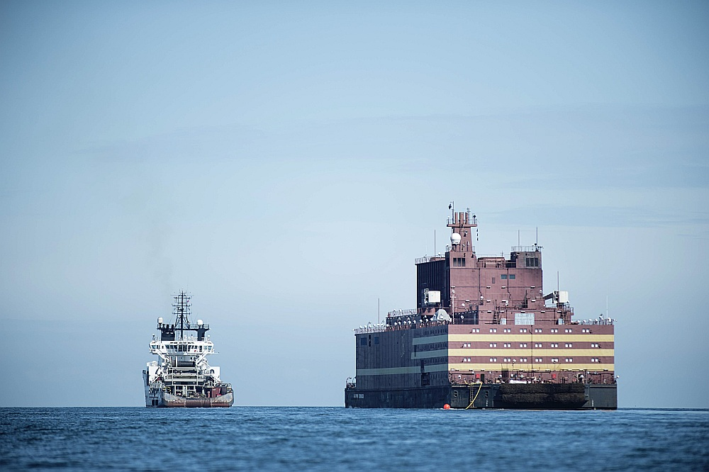 """Peldošā atomelektrostacija """"Akademik Lomonosov"""" tiek vilkta no Sanktpēterburgas uz Murmansku, kur tiks uzpildīta ar kodoldegvielu."""