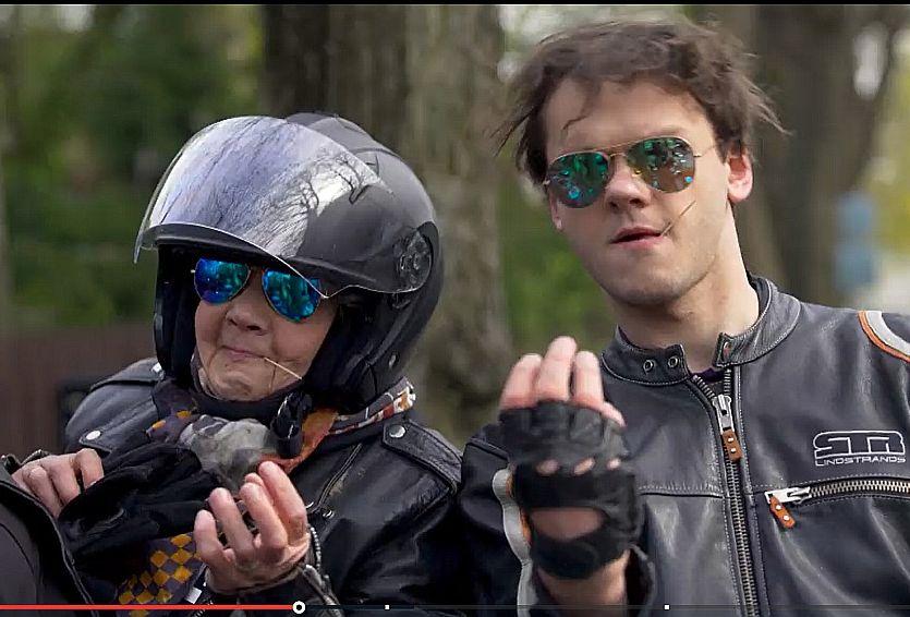 Raidījuma problēma ir tajā, ka mazdēls Rihards nevis vēlas, lai skatītāji iepazīst viņa jauko vecmāmiņu, bet cenšas Rasmu piespiest darīt visu to, ko dara jaunāki cilvēki.