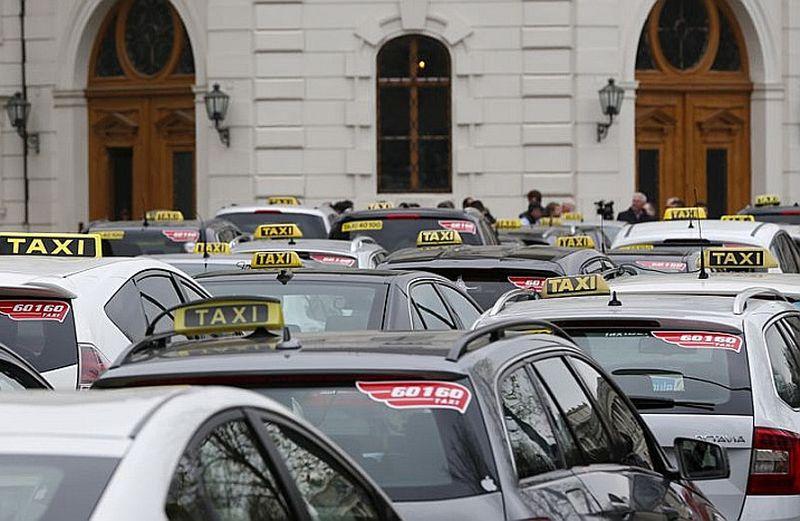 """Austrijas taksometri pie prezidenta pils 1. aprīlī protestēja pret kopbraukšanas kompāniju """"Uber"""", bet pat pēc tiesas lieguma """"Uber"""" atkal ir Vīnes ielās."""