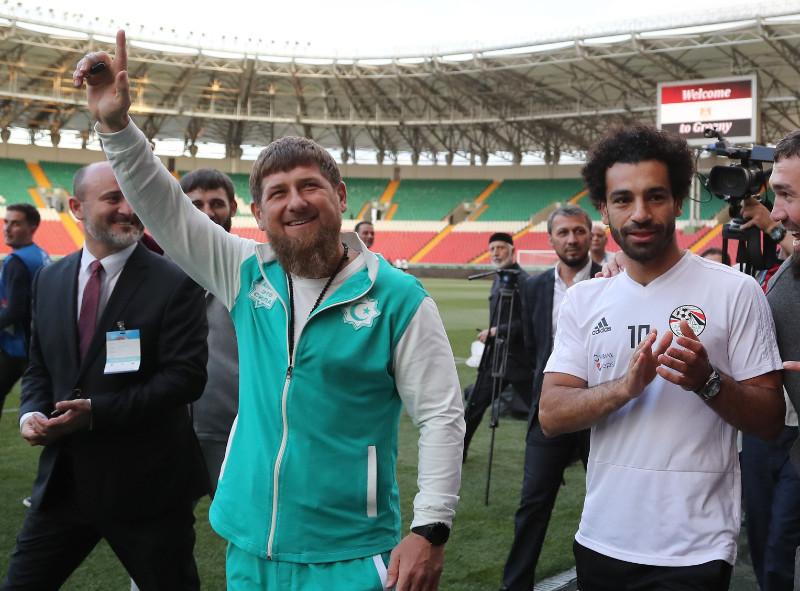 Ramzans Kadirovs (pa kreisi) un Mohameds Salāhs.
