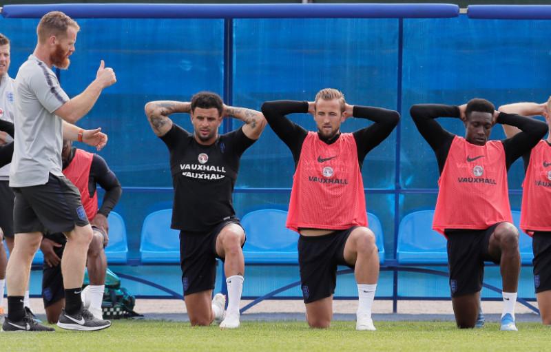 Anglijas futbolisti treniņā.