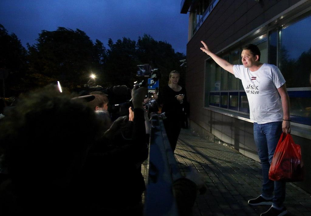 Saeimas deputāta Artusa Kaimiņa atbrīvošana no īslaicīgās aizturēšanas izolatora