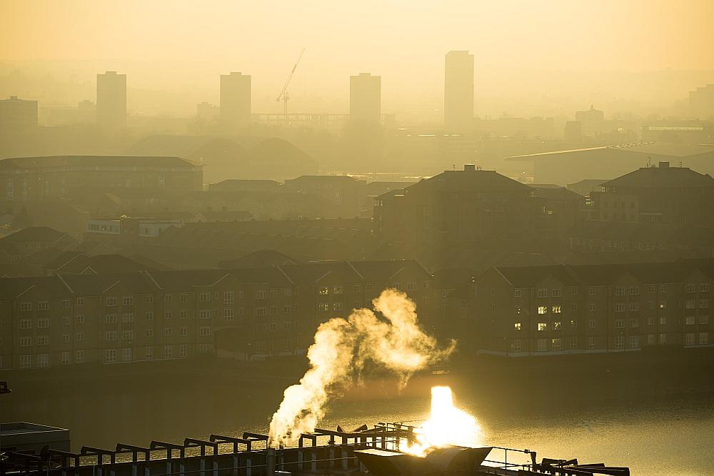 Anglijā jau ir noteiktas īpašas zonas, kur dūmu piesārņojums tika kontrolēts, atļaujot ekspluatēt tikai īpašas krāsnis un sertificētu bezdūmu kurināmo. Šī gada beigās noteikumi mainīsies, iespējams, visu Apvienoto Karalisti nākotnē padarot par dūmu brīvu zonu.