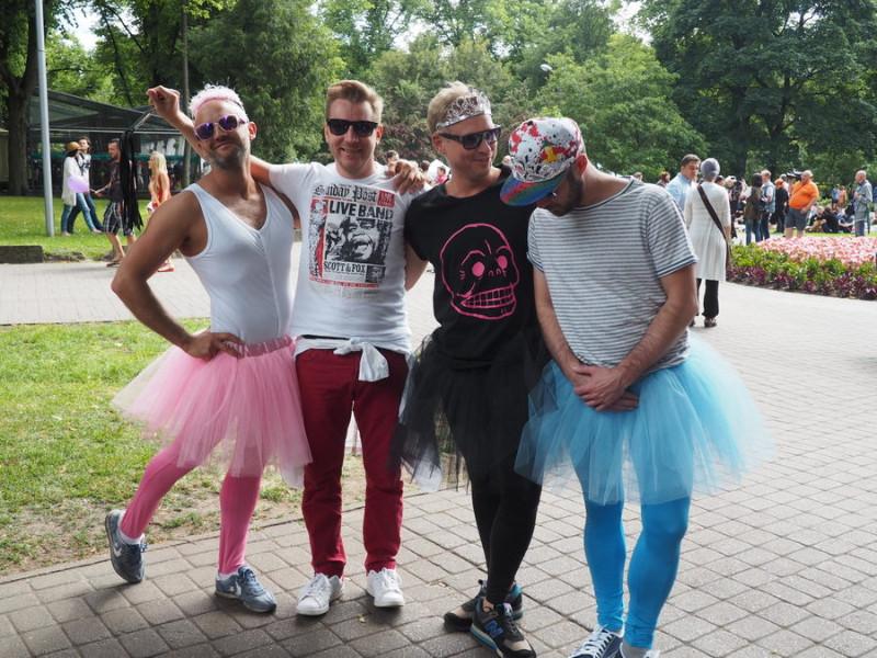 """Viena no svarīgākajām homoseksuāļu kopienas aktivitātēm ir praidi (no angļu valodas """"pride"""" – lepnums). Šie puiši dzen jokus 2015. gada praidā Rīgā. Lielā sabiedrības daļā šāda eksponēšanās ir nepieņemama un izraisa agresīvu pretreakciju."""