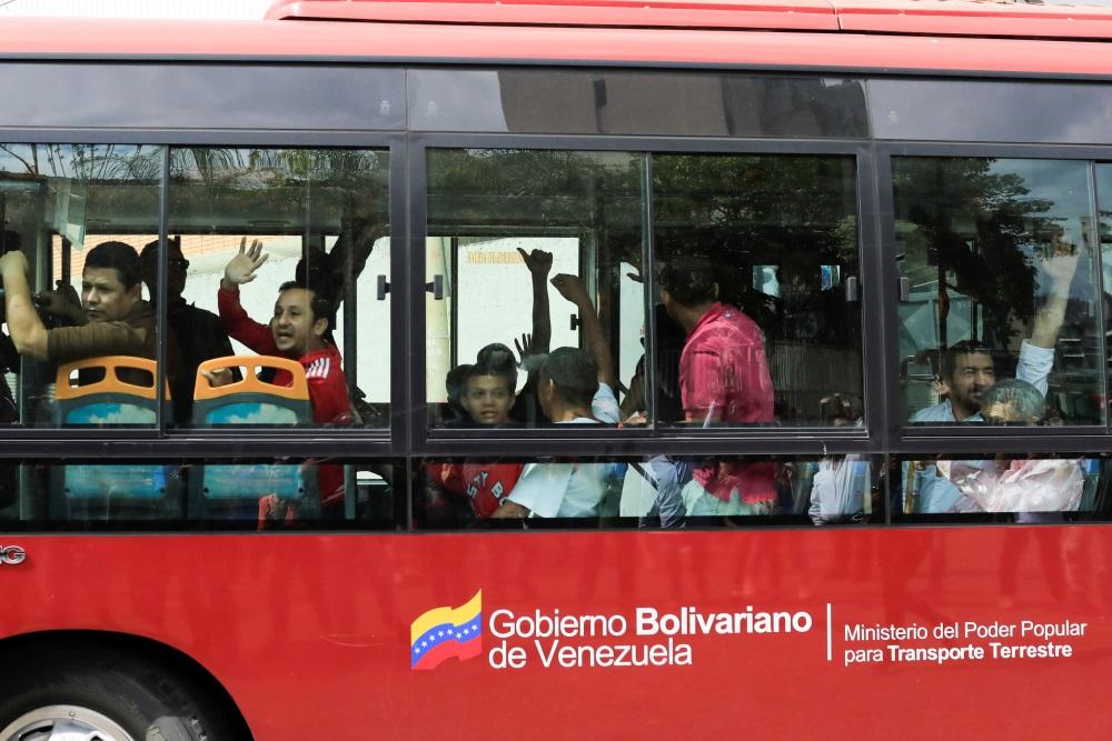 Venecuēlā atbrīvo politieslodzītos, kurus ved mājup ar autobusu, 01.02.2018.