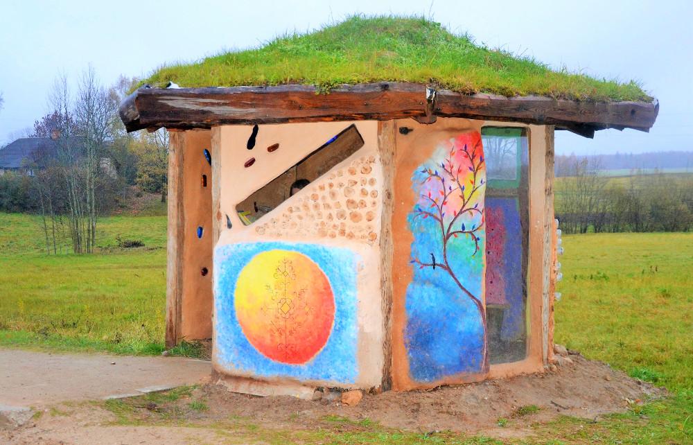 Blome – Birzuļi – Palsmane malā radīta autobusa pieturvietas nojume – Hobita namiņš