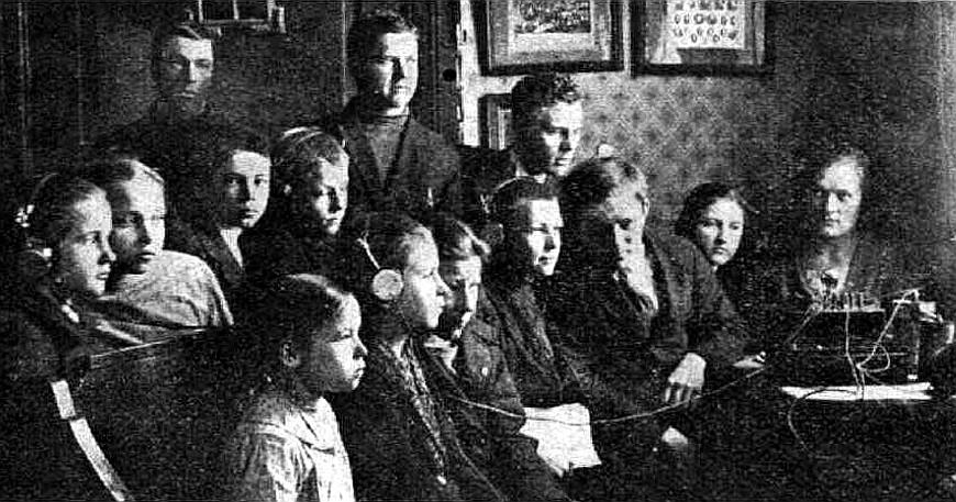 Mērdzenes pamatskolas audzēkņi klausās radio 1926. gadā