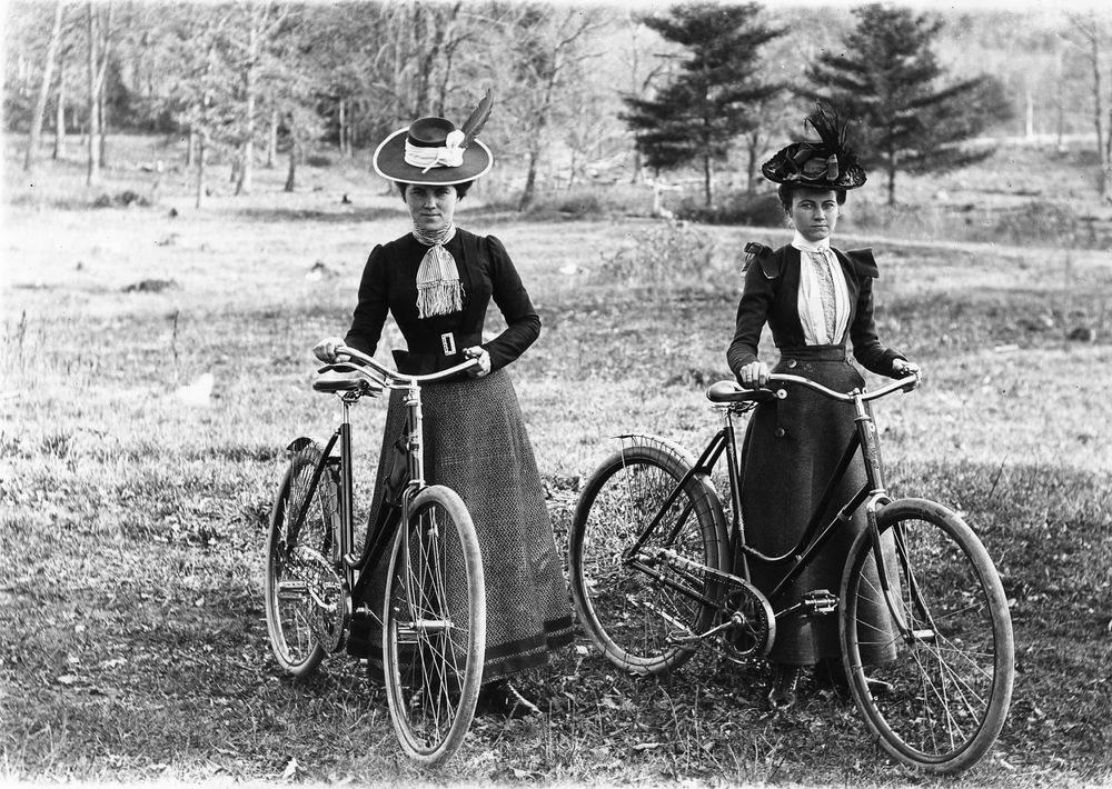 19. gs. dāmas – velobraucējas