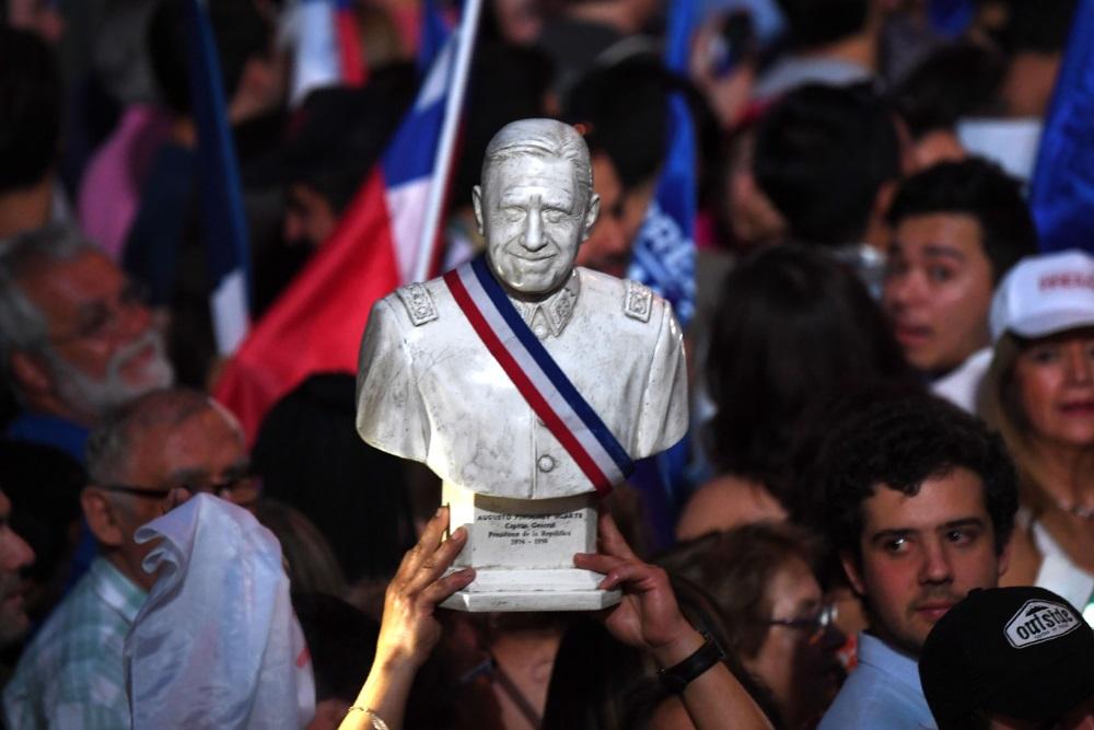 Ilustratīvs foto. Čīles diktatora Augusto Pinočeta statuja, 2018.