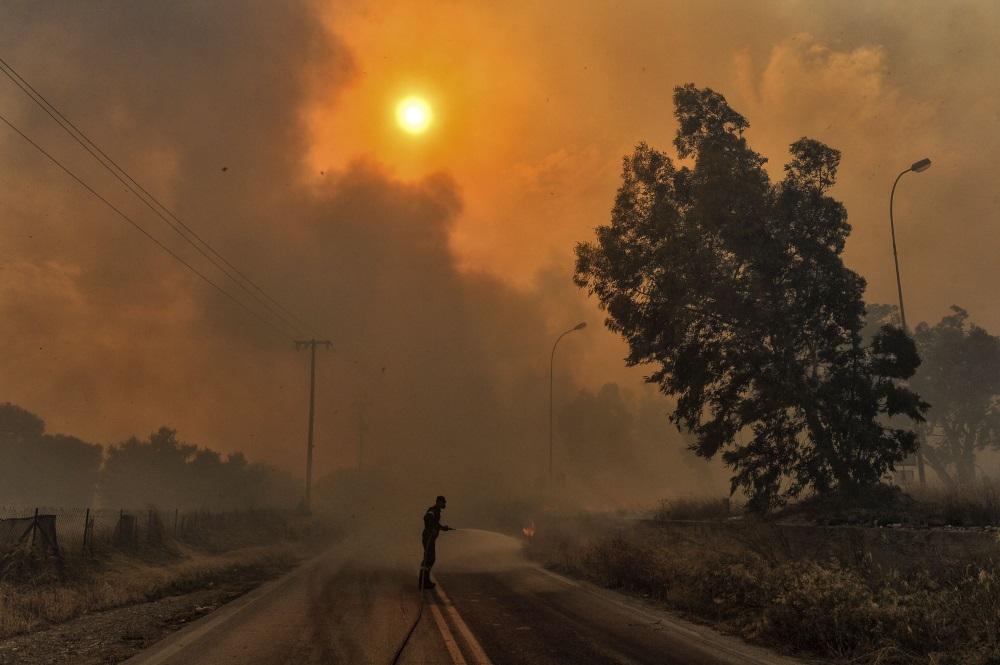 Pie Atēnām Grieķijā plosās mežu ugunsgēks, 24.07.2018.