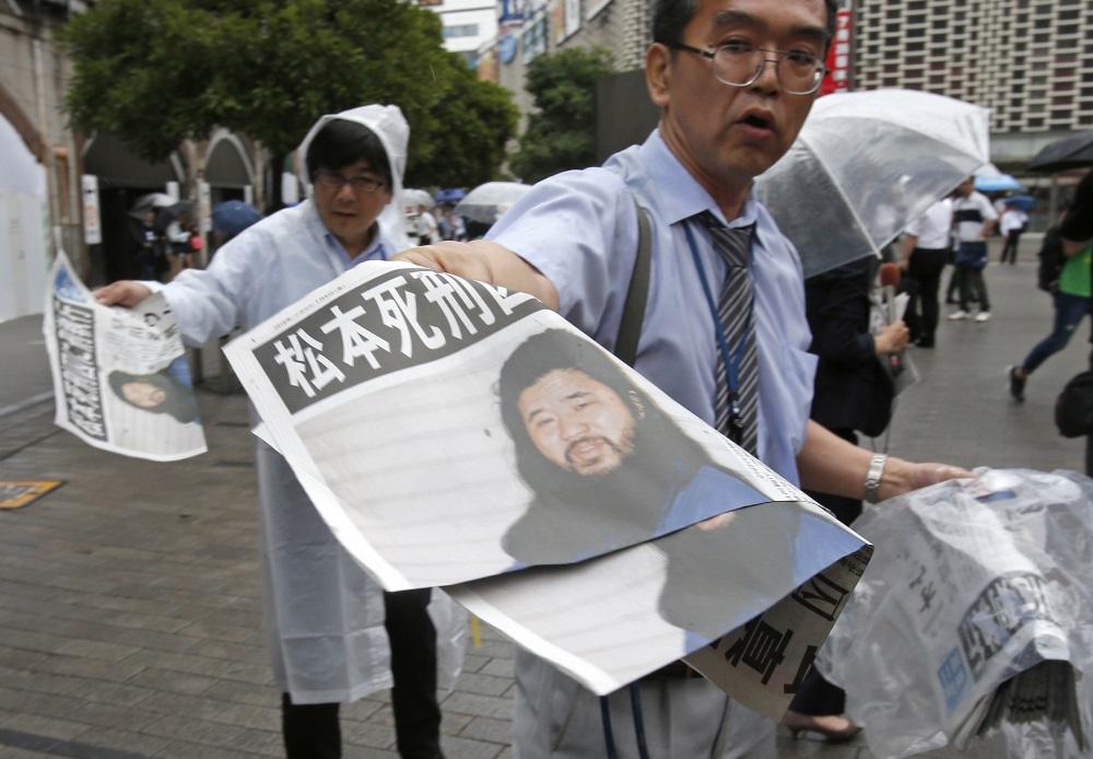 """Izpildīts nāvessods pastardienas kulta """"Aum Shinri Kyo"""" (""""Augstākās patiesības sekta"""") dibinātājam Sjoko Asaharam, kuru tiesa atzinusi par vainīgu vairākos noziegumos, arī par 1995.gada zarīna gāzes uzbrukumu Tokijas metro, 06.07.2018. Japānas ielās izdala avīzes speciālizlaidumu."""